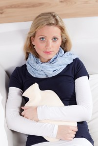 junge frau hat menstruationsbeschwerden