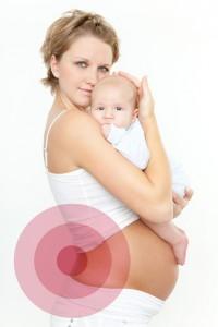 frau mit baby und rückenschmerzen